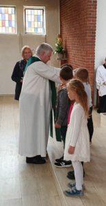 Pastor Wätjer segnet Schulanfänger
