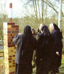 Schwestern an der Spendensäule in Reinbek